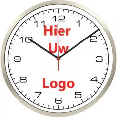 Logo op klok 40cm RVS rand smalle wijzers cijfers
